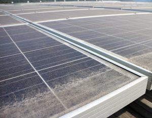 Kosz a napelem panel alján